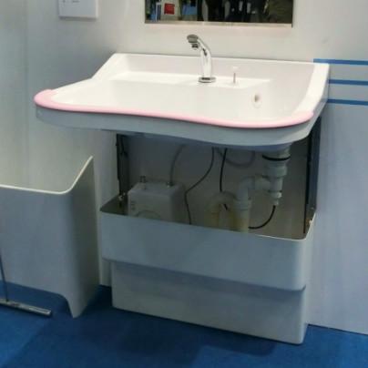 白い洗面化粧台に昇降機能が付いています