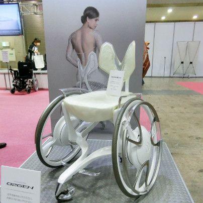 白い車いすが置いてあります。