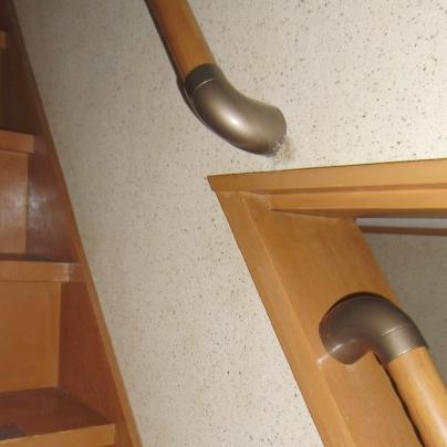 階段の壁と、見切りに手すりはつなんがっていません。