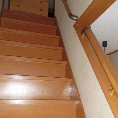 階段の壁に手すり、見切りにはエスカレーターのように手すりがついています