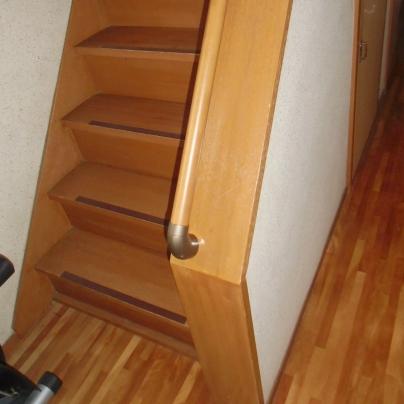 階段を下りきった部分の手すり