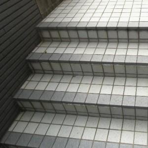 グレーのタイルで階段があります。段数は四段