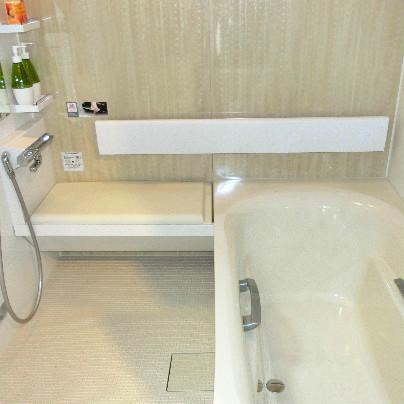 右側に浴槽、左側に洗い場