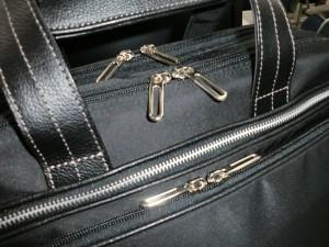新しく買った仕事用の鞄のファスナー部分をアップにした様子