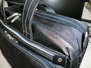 新しく買った仕事用の鞄を斜め前から見た様子