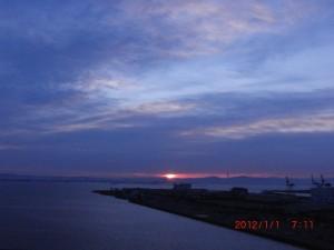 六甲方面からみる初日の出。大阪湾に太陽が昇って行きます24年