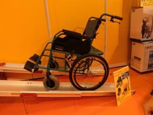 イーストアイの災害用車椅子がスロープに乗っている様子を横から写しています