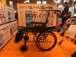 イーストアイの災害用車椅子に大きな段ボール箱を載せている様子