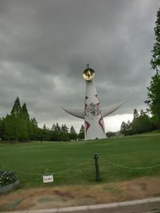 万博公園に立つ太陽の塔、夕立間際だったので空はかなり曇っています。