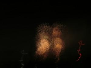 会社からみて西北の方角に四輪の花火が打ち上がっています