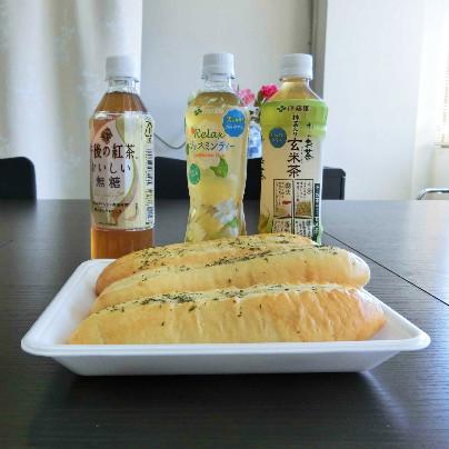 手前に3本のガーリックパン、その奥にはペットボトルで午後の紅茶、ジャスミンティー、玄米茶