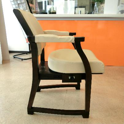 椅子の座面が一番前にセットしてあります。
