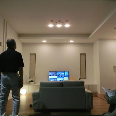 白い部屋のなかにテレビは1台パナソニックさんで各種照明をアレンジする展示