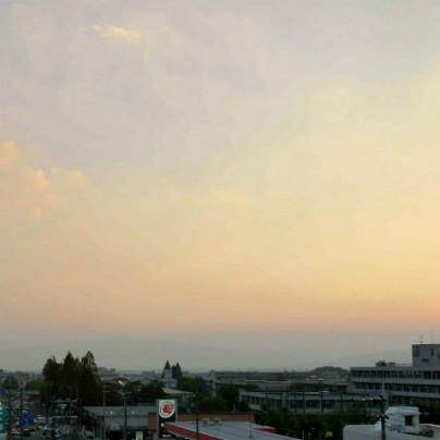 画面の下には箕面市や池田市の町並み。その上には六甲山の稜線が横切っていますが、夕焼けに覆われています。