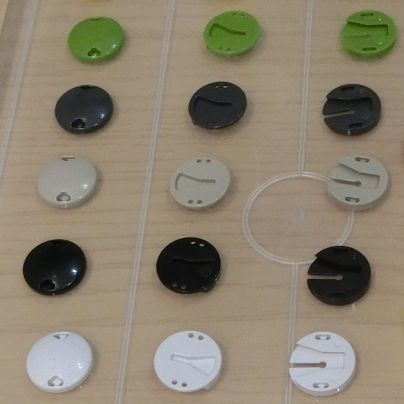 ボタン風の留め具が横に3列、縦に4行。合計12個並んでいます。