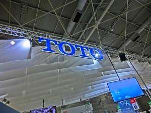 展示場に青いTOTOのロゴが光っています