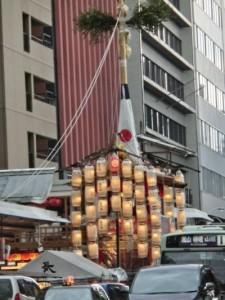 四条通に建つ長刀鉾の前後には数十の提灯が取り付けられており、灯りがともっています。