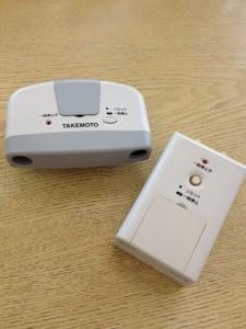Care愛の超音波センサーが左に、子機が右に写っています。