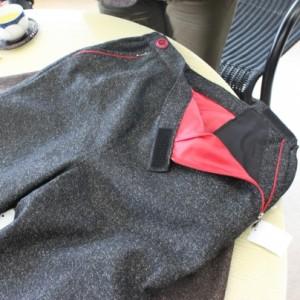 グレーのパンツでウェスト部分が写っています。赤い裏地がおしゃれ。