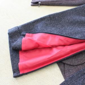 グレーのパンツで裾がアップ。ジッパーを開いて、大きく広がるようになっています。