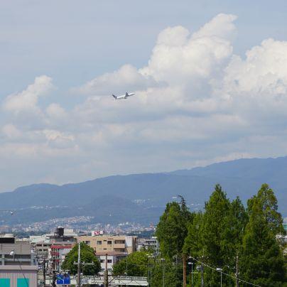 当社の社屋から撮った伊丹空港を飛び立つ旅客機