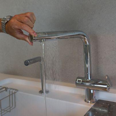 TOTOの水栓は、大きな鍋もシャワーで流せたりします
