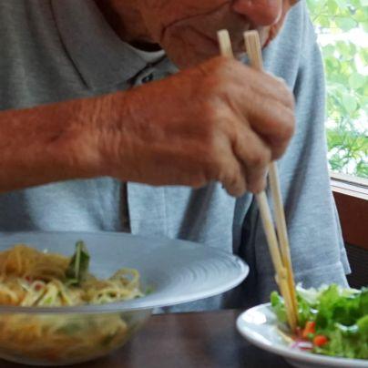 イタリア料理ですが箸で食するところ。左に見える透明の器に入っている麺は冷麺にも見えなくはないですが、冷製パスタです。