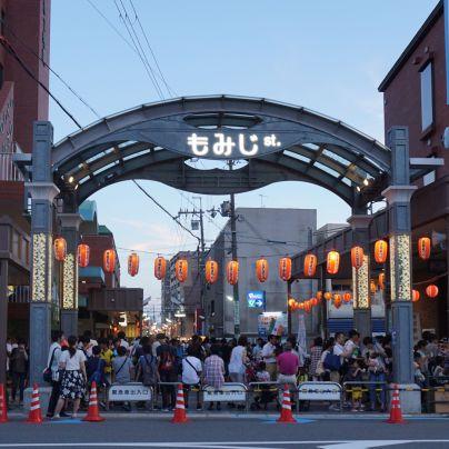 みのお本通り商店街の入り口はたくさんの提灯と人手で賑わっています
