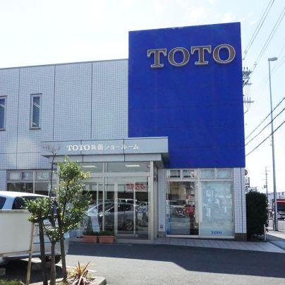 青い背景に白くTOTOと抜いた看板が白いたてものの右半分を覆うように載っています。