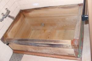 神崎(株)が1980年代(推定)に納品した木風呂を右斜め上から見た様子