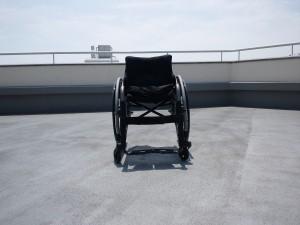 修理前のわが車椅子を正面から撮影した写真
