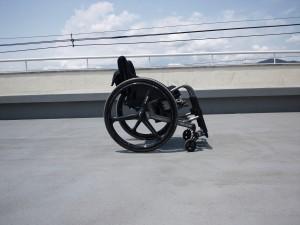 修理前のわが車椅子を側面から撮影した写真