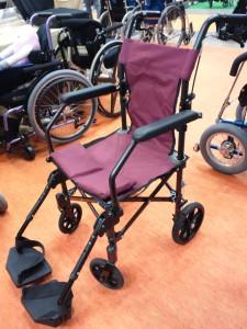 小型の車椅子。幅が狭く小型です。紫色のシートです、