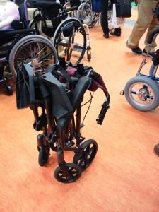 幅が狭い小型車椅子をたたんだ様子。非常に省スペースで、かつ自立します。