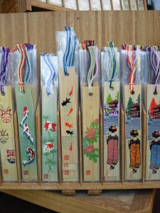 様々なしおり、そのデザインは歌舞伎のくまどり、金保、ボタン、舞妓さんの後ろ姿を竹の板に印刷してあります。