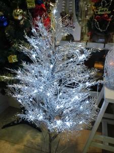 LEDのクリスマスツリー、青白い光で覆われています