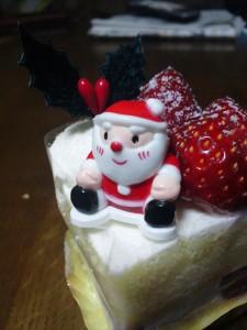 ショートケーキに乗っているサンタクロース