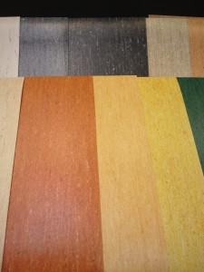 ノーワックス床材 アートオプティマを立てかけて展示している様子。