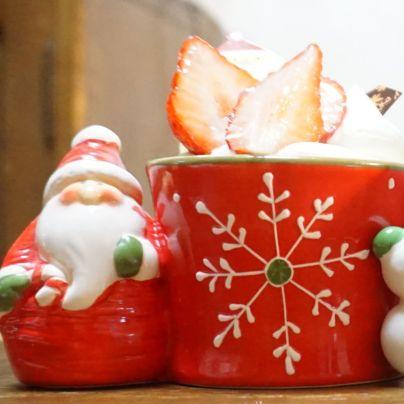 サンタクロースのカップに入った洋菓子