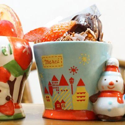 雪だるまが寄り添うカップに入った洋菓子