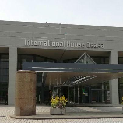 大阪国際交流センターの入り口を外部から見た様子