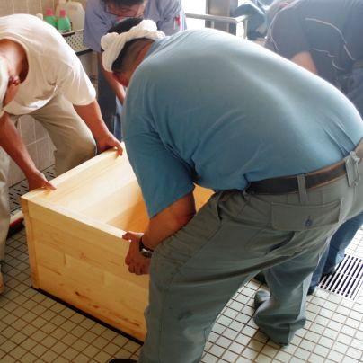 当社の作業者で浴槽を据えています