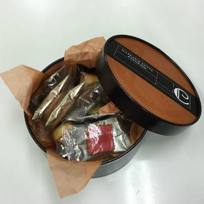 帽子箱にも似たまん丸い箱は、濃い茶色。中には焼き菓子が詰まっています。