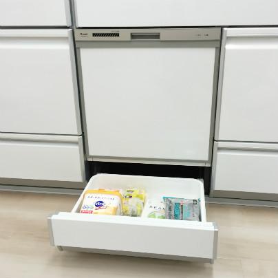 白い食器洗い乾燥機の真下に扉が開いています