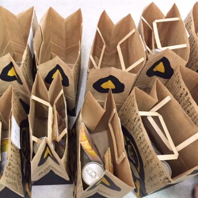 紙袋の中には缶詰やおかきなどを分けて入れております