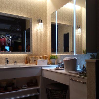 洗面化粧台で鏡にタッチレススイッチを装備