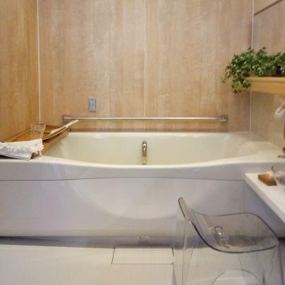 浴槽の中央部が低いデザイン