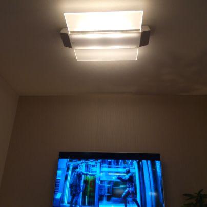 天井のLED照明はスピーカーも備えています