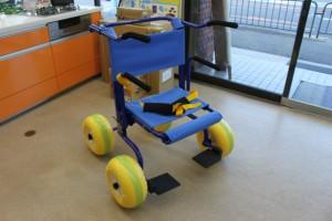 浜辺・海辺で使える車いす J.O.B Walkerで、歩行車としてもつかえるタイプです