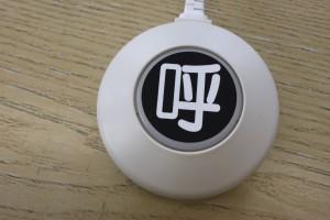 緊急24(キンキュウツーホー)の呼び出しボタンを当社の机の上に置きました。